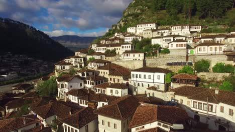 Buena-Toma-Aérea-De-Casas-Antiguas-En-La-Ladera-De-Berat-Albania