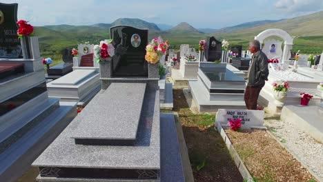 Pov-Tiro-En-Movimiento-A-Través-De-Un-Cementerio-En-Una-Región-Remota-De-Albania