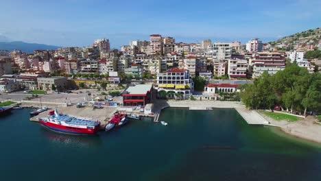 Bonita-Toma-Aérea-De-La-Ciudad-Turística-De-Sarande-En-La-Costa-De-Albania