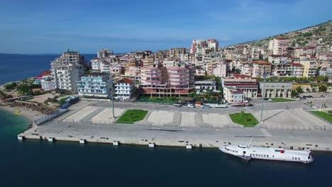 Bonita-Toma-Aérea-De-La-Ciudad-Turística-De-Sarande-En-La-Costa-De-Albania-3