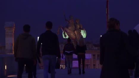 Grandes-Estatuas-Dominan-El-Horizonte-Nocturno-En-Skopje-Macedonia