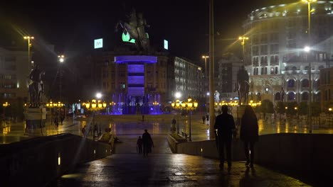 Ostentosas-Estatuas-De-Estilo-Soviético-Dominan-El-Horizonte-Nocturno-En-Skopje-Macedonia-3