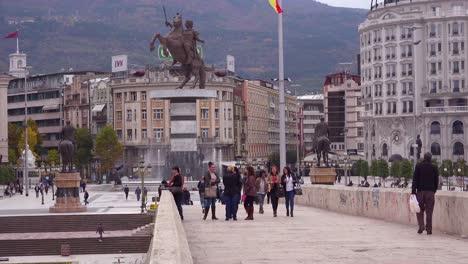 Ostentosas-Estatuas-De-Estilo-Soviético-Dominan-El-Horizonte-Del-Centro-De-La-Ciudad-De-Skopje-Macedonia
