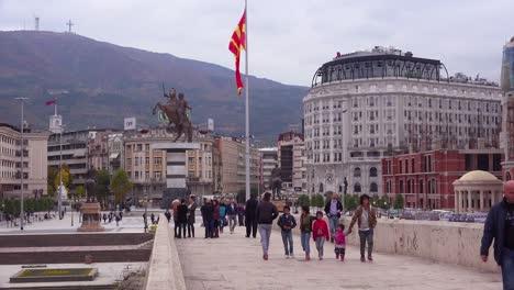 Ostentosas-Estatuas-De-Estilo-Soviético-Dominan-El-Horizonte-Del-Centro-De-La-Ciudad-De-Skopje-Macedonia-1