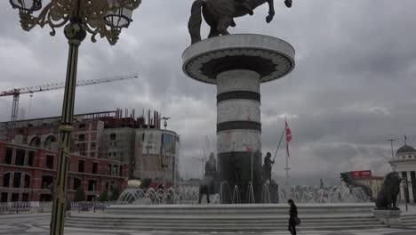Pretenciosas-Estatuas-Dominan-El-Horizonte-En-El-Centro-De-Skopje-Macedonia