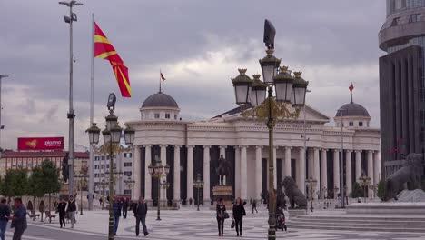 Los-Peatones-Caminan-En-El-Centro-De-Skopje-Macedonia