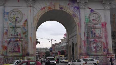 El-Arco-En-Skopje-Representa-Una-Corrupción-Desenfrenada-Para-Los-Macedonios-Y-Han-Arrojado-Pintura-Por-Todas-Partes-En-Protesta-1