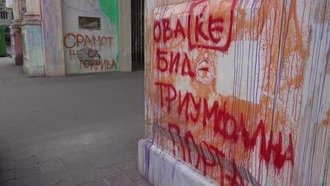 El-Arco-En-Skopje-Representa-La-Corrupción-Desenfrenada-Para-Los-Macedonios-Y-Han-Arrojado-Pintura-Por-Todas-Partes-En-Protesta-4