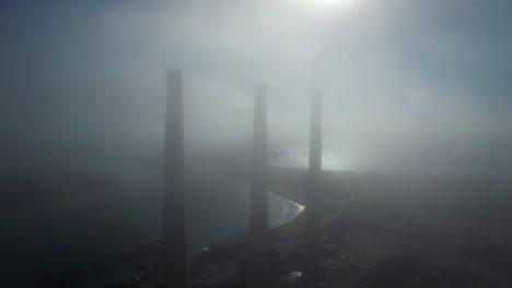 Erstaunliche-Antenne-über-Großen-Kraftwerksschloten-Im-Nebel-In-Der-Nähe-Von-Morro-Bay-Kalifornien-1