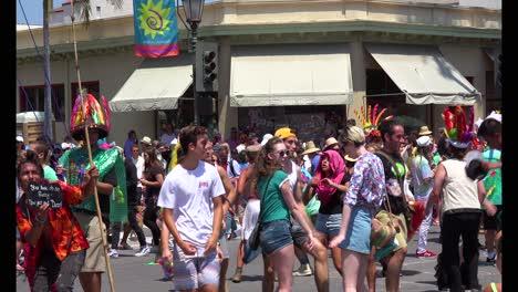 La-Gente-Baila-En-Un-Festival-Callejero-En-El-Solsticio-De-Santa-Bárbara-California