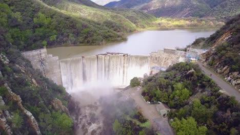 Hermosa-Antena-Sobre-Una-Alta-Cascada-O-Presa-En-Plena-Etapa-De-Inundación-Cerca-De-Ojai-California-10