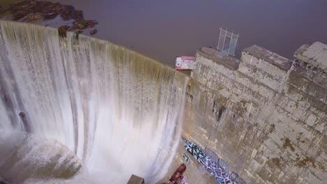 Hermosa-Antena-Sobre-Una-Alta-Cascada-O-Presa-En-Plena-Etapa-De-Inundación-Cerca-De-Ojai-California-12