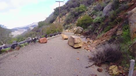 Ein-Erdrutsch-Mit-Großen-Felsbrocken-Blockiert-Eine-Straße