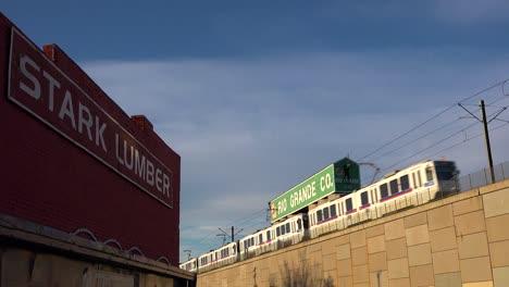 Un-Tren-De-Tránsito-Rápido-Se-Mueve-A-Través-De-Una-Zona-Industrial-En-Denver-Colorado-