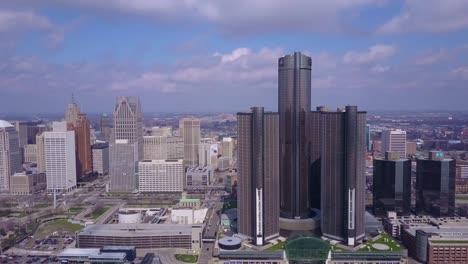 Toma-Aérea-Del-Centro-De-Detroit-Con-GM-Tower-Y-Detroit-Río-4