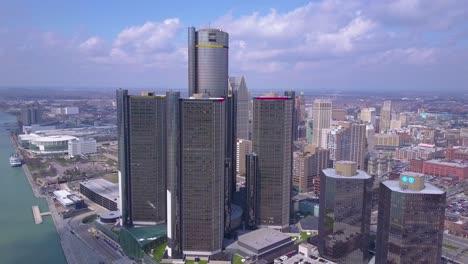 Toma-Aérea-Del-Centro-De-Detroit-Con-GM-Tower-Y-Detroit-Río-6