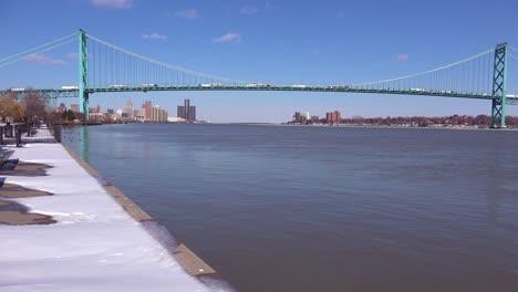 The-Detroit-Río-Ambassador-Bridge-and-GM-tower-near-downtown-Detroit-Michigan-3