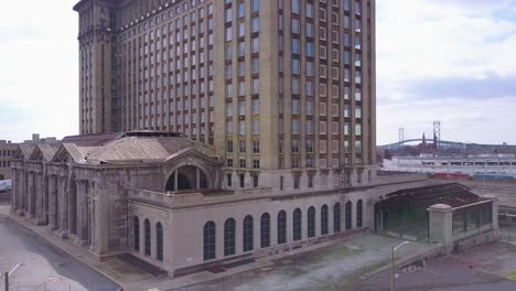 Rising-aerial-of-the-exterior-of-the-abandoned-central-train-station-in-Detroit-Michigan