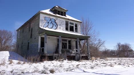 Una-Casa-Abandonada-Cubierta-De-Graffiti-En-Una-Sección-Del-Ghetto-Del-Centro-De-Detroit-Michigan