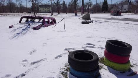 Artículos-Abandonados-En-La-Nieve-En-Una-Sección-Del-Gueto-Del-Centro-De-Detroit-Michigan-1