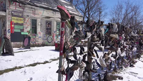 Artículos-Abandonados-Incluidos-Zapatos-En-La-Nieve-En-Una-Sección-Del-Gueto-Del-Centro-De-Detroit-Michigan