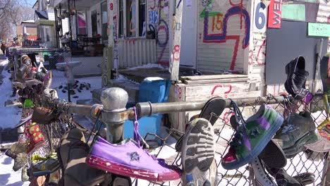 Los-Zapatos-Cuelgan-De-Una-Valla-En-Una-Sección-Del-Gueto-Del-Centro-De-Detroit-Michigan