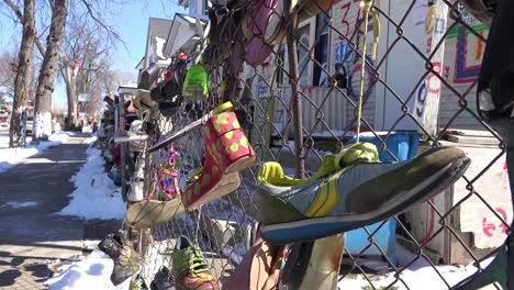 Schuhe-Hängen-An-Einem-Zaun-In-Einem-Ghetto-Abschnitt-Der-Innenstadt-Von-Detroit-Michigan-1