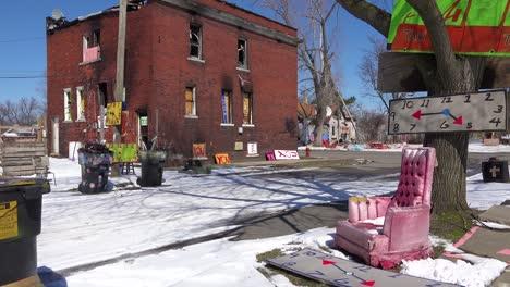 Artículos-Abandonados-Como-Se-Ensamblan-En-Objetos-De-Arte-En-Este-Vecindario-De-Detroit