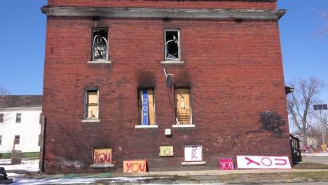 Artículos-Abandonados-Como-Se-Ensamblan-En-Objetos-De-Arte-En-Este-Vecindario-De-Detroit-1