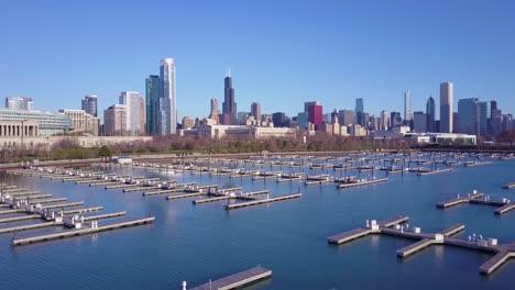 Una-Antena-Ascendente-Sobre-Un-Puerto-Con-El-Fondo-Del-Horizonte-De-Chicago-Illinois
