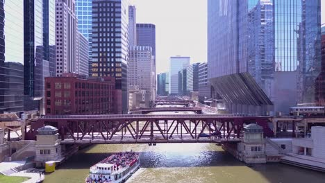Beautiful-vista-aérea-over-an-El-train-crossing-the-Chicago-Río-in-downtown-Chicago