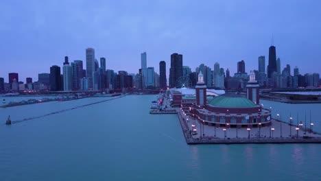 Una-Hermosa-Antena-Alrededor-Del-Navy-Pier-En-Chicago-Con-El-Horizonte-De-La-Ciudad-De-Fondo-La-Noche-1