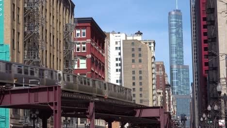 Un-Tren-El-Pasa-Por-El-Centro-De-Chicago-Illinois-
