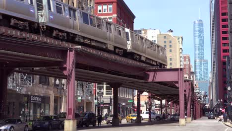 Un-Tren-El-Pasa-Por-El-Centro-De-Chicago-Illinois-1