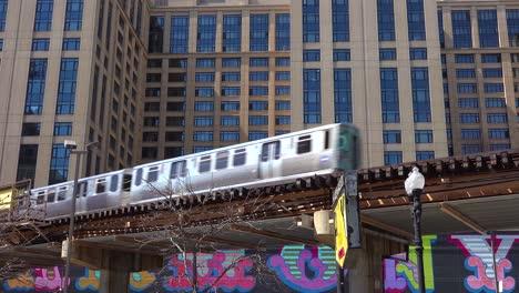 Un-Tren-El-Pasa-Por-El-Centro-De-Chicago-Illinois-2