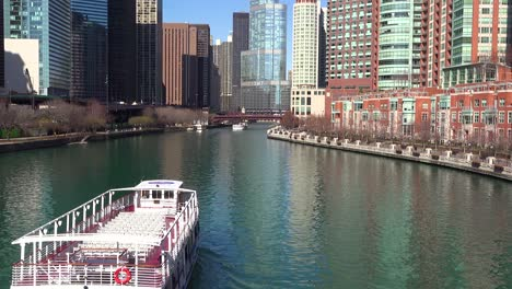 A-riverboat-passes-through-downtown-Chicago