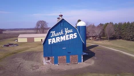 Antena-Sobre-Un-Granero-Rural-Que-Dice-Gracias-Agricultores