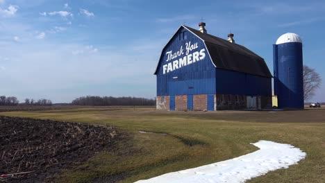 ángulo-Bajo-De-Un-Granero-Rural-Que-Dice-Gracias-Agricultores