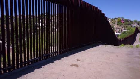 La-Antena-De-Ascenso-Lento-A-Lo-Largo-De-La-Valla-Del-Muro-Fronterizo-Con-México-Revela-La-Ciudad-De-Nogales