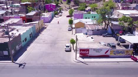 Una-Hermosa-Toma-Aérea-Se-Mueve-Desde-La-Ciudad-Hasta-La-Cerca-Del-Muro-Fronterizo-Mexicano-De-Los-Estados-Unidos-Cerca-De-La-Ciudad-De-Nogales