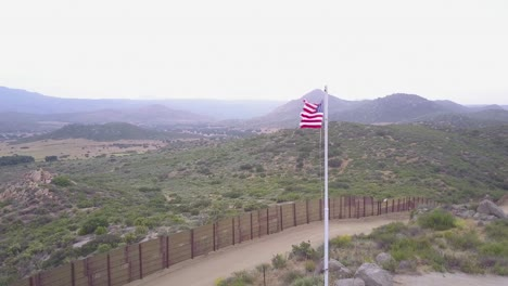 The-American-flag-flies-over-the-US-Mexico-border-wall-in-the-California-desert-2