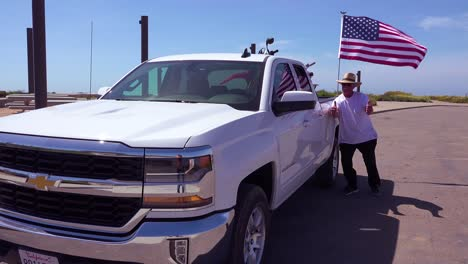 An-American-minuteman-patrols-the-US-Mexico-border-with-his-flag-and-pickup-truck