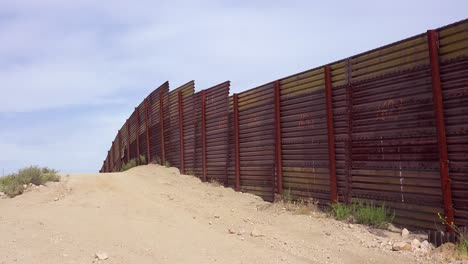 The-US-Mexico-border-wall-fence-rolls-over-a-small-hill