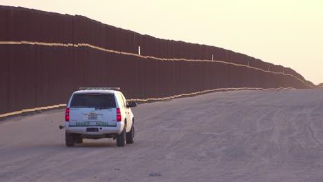 Vehículo-De-La-Patrulla-Fronteriza-Se-Mueve-Cerca-Del-Muro-Fronterizo-En-La-Frontera-De-México-Eeuu-En-Imperial-Sand-Dunes-California