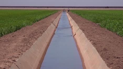 Un-Agricultor-Camina-A-Lo-Largo-De-La-Frontera-Entre-Estados-Unidos-Y-México-Con-El-Muro-Al-Fondo-1
