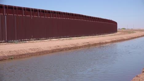 Un-Afluente-Del-Río-Colorado-Fluye-A-Lo-Largo-Del-Muro-Fronterizo-Entre-Los-Estados-Unidos-Y-México-1