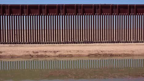 Un-Afluente-Del-Río-Colorado-Fluye-A-Lo-Largo-Del-Muro-Fronterizo-Entre-Los-Estados-Unidos-Y-México-2