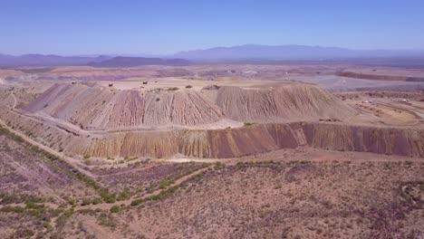 Una-Antena-Sobre-Una-Vasta-Mina-A-Cielo-Abierto-En-El-Desierto-De-Arizona