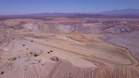 Una-Antena-Sobre-Una-Vasta-Mina-A-Cielo-Abierto-En-El-Desierto-De-Arizona-2