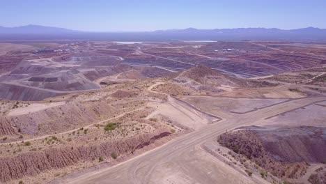 Una-Antena-Sobre-Una-Vasta-Mina-A-Cielo-Abierto-En-El-Desierto-De-Arizona-3